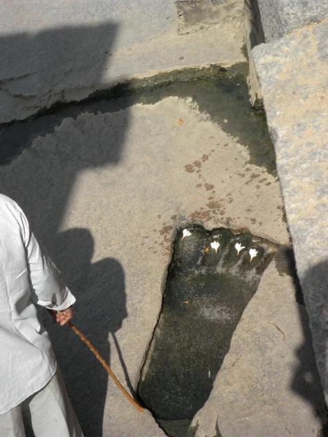 giant-footprint-lepakshi-temple-india-03